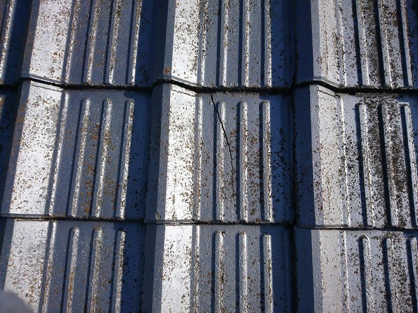松山市で中古住宅の屋根リフォームで葺き替えの為瓦の撤去工事