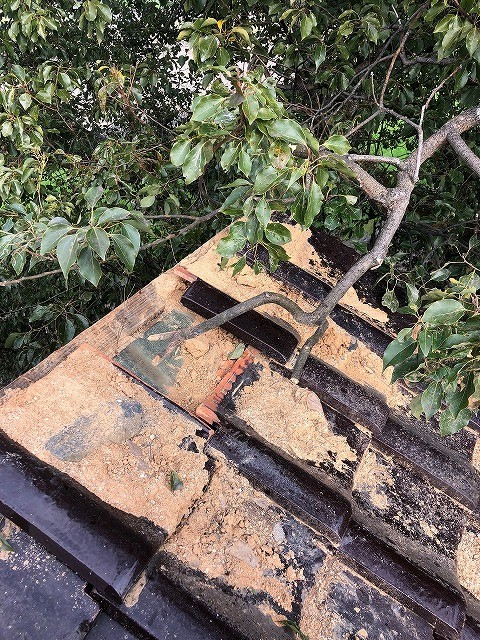 松山市にて屋根からの雨漏りでお困りのお家の棟瓦積み直し工事
