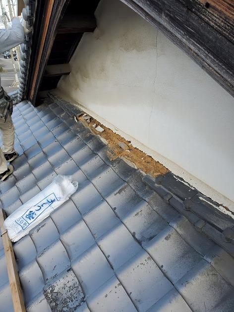 西条市喜多川で劣化によって落ちてしまった壁際の瓦と雨樋の修理工事