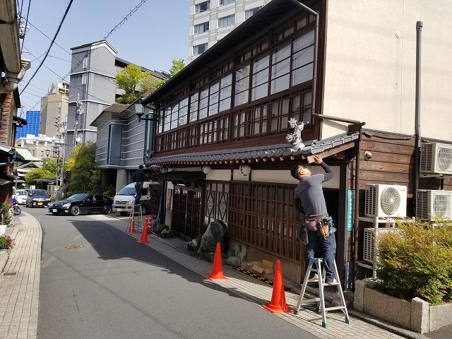 松山市の道後にある軒先の雨樋が破損した老舗旅館の雨樋交換工事