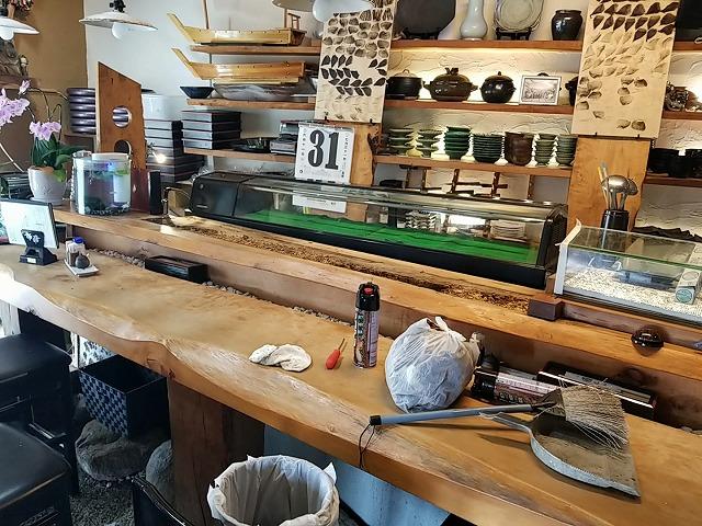 伊予市の和食店のカウンター付台がネタケースの結露で腐りました