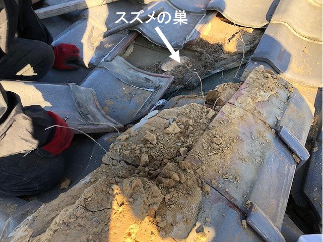 銅板の本谷付近の瓦を撤去している写真