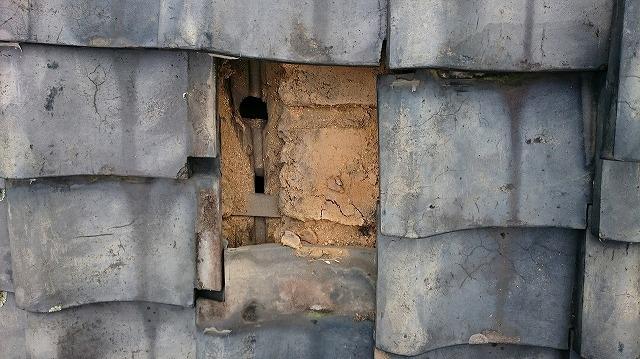 瓦を二、三枚剥いだ時の写真