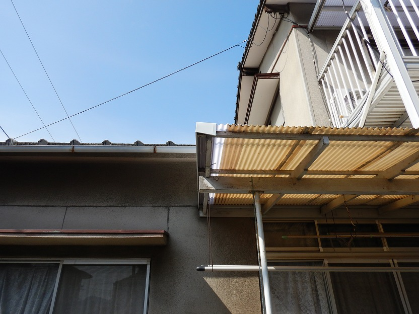 1階の庇のポリカ波板の写真