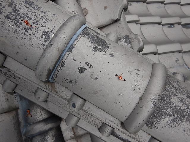 冠瓦の隙間をコーキングで防水処理