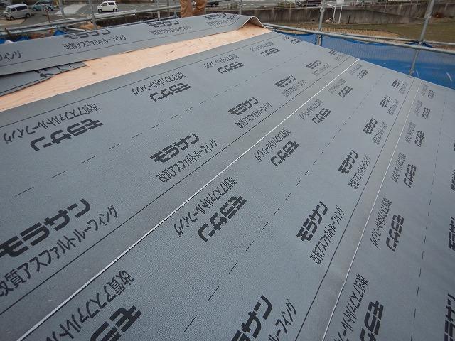 防水紙の施工風景