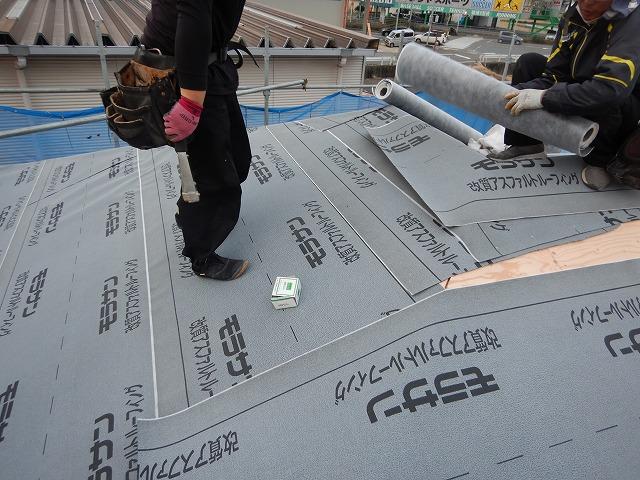 棟周辺の防水紙の施工途中