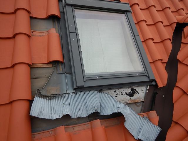 既存の天窓の水切りアルミエプロンの補修工事をやり始めた時の写真