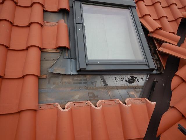 天窓周辺の瓦と既存の水切りアルミエプロンを撤去