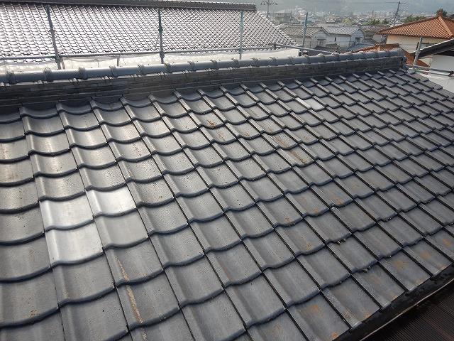 砥部町で雨漏りしていた和風セメント瓦を軽量屋根材に葺き替え工事