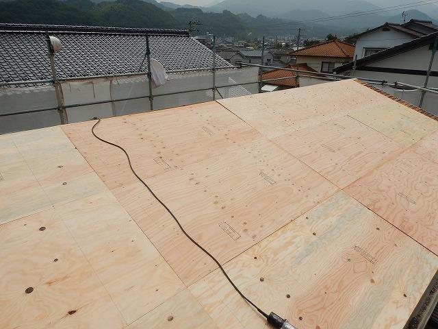 構造用合板の増し張りが完了した様子