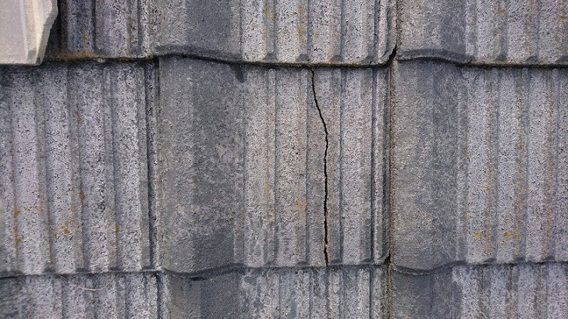セメント瓦が割れているのがわかりやすい写真