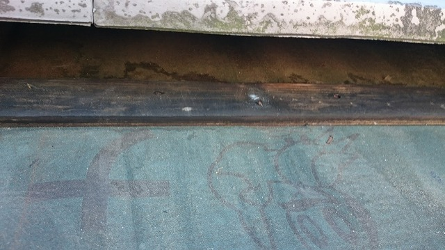松山市大山寺町10寸勾配平板瓦ぶき屋根の谷部の雨漏現場調査瓦をめくって見