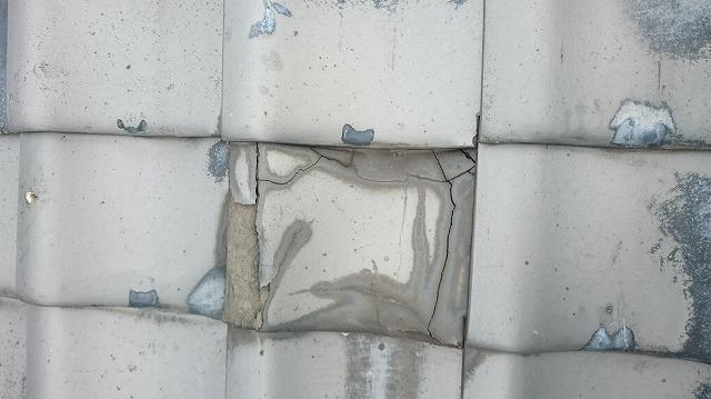 凍害で瓦にひび割れ