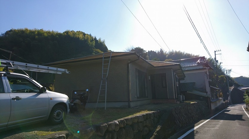 屋根に梯子をかけた写真