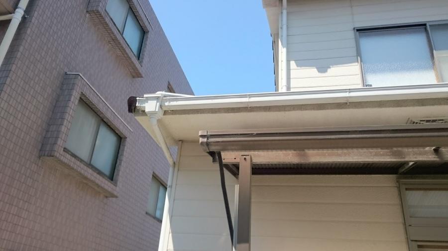 下屋根の雨樋の写真