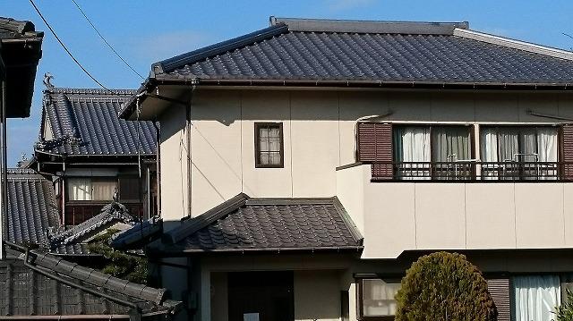 西条市小松町で瓦の表面が剥がれたような症状が出ている屋根の現場調査