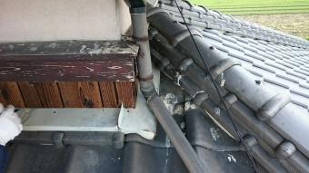 竪樋の下の雨押え板金