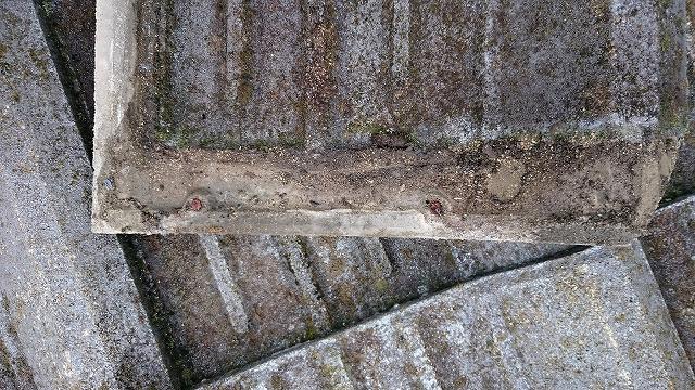 西条市丹原町曽我部モータース瓦の釘が錆びています