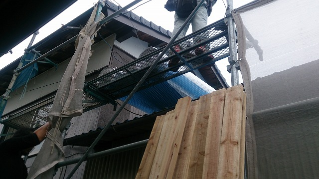屋根にリフレクティックスを上げている写真