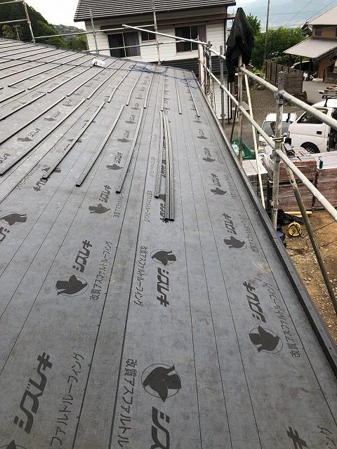 屋根にルーフィングを貼った写真