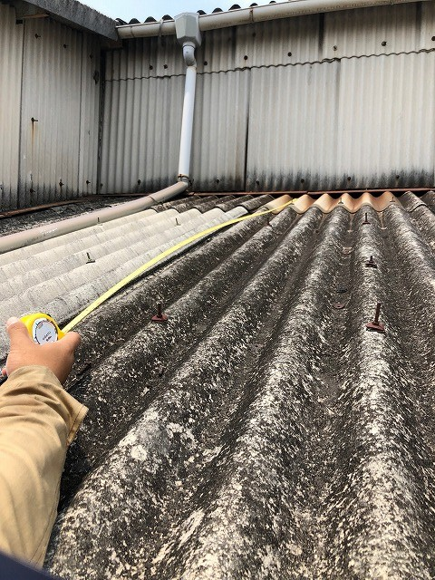 屋根の寸法を測っている
