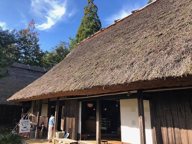 茅葺き屋根の写真
