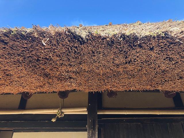 茅葺き屋根の軒先