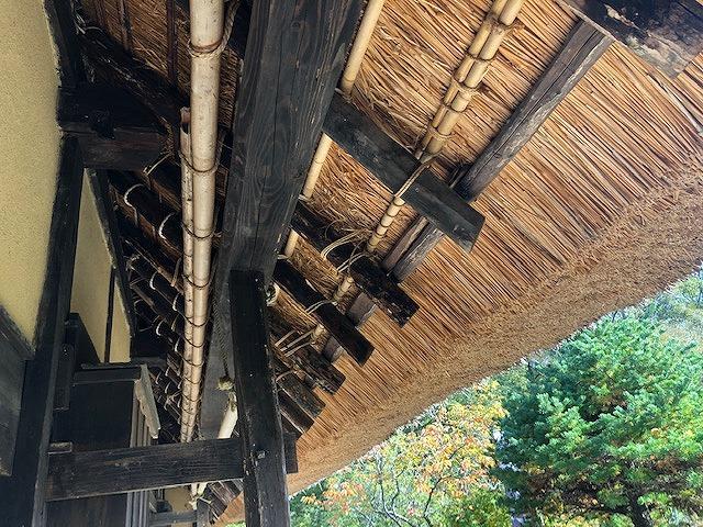 茅葺き屋根の軒先裏