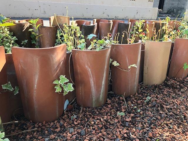 輸入瓦で花壇を作っている写真