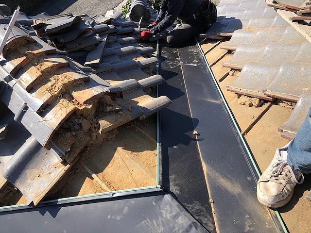 本谷板金の廻りの瓦を復旧している写真