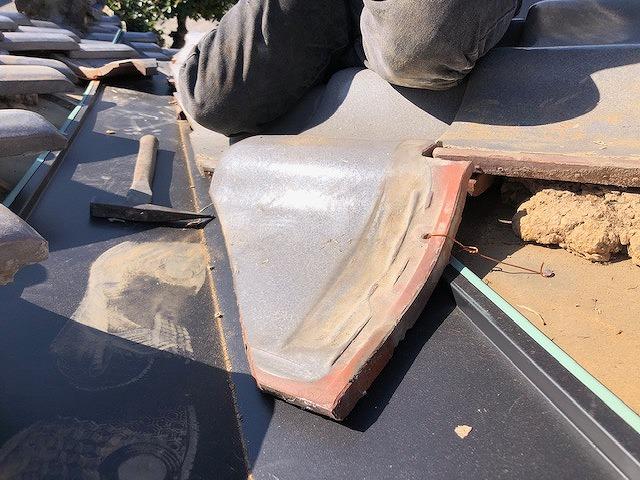 瓦に銅線を通して釘で野地板にくっつけている写真