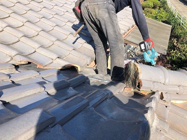 屋根と雨樋の掃除をしている写真