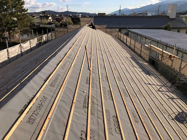 防水紙と桟木を施工した屋根の全体写真