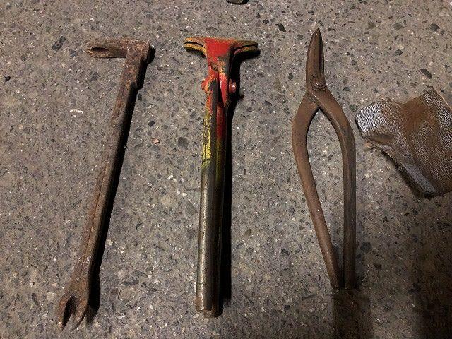 錆びついた工具類の写真