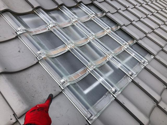 屋根にガラス瓦を設置した写真