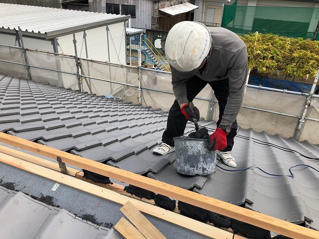 屋根に半瓦をくっ付ける為に南蛮漆喰を敷いている写真