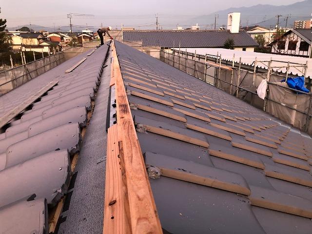 屋根片面部分の半瓦の施工が完了した写真