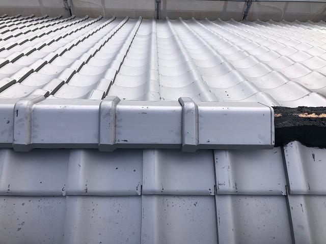 屋根の棟部分に棟瓦を乗せた写真