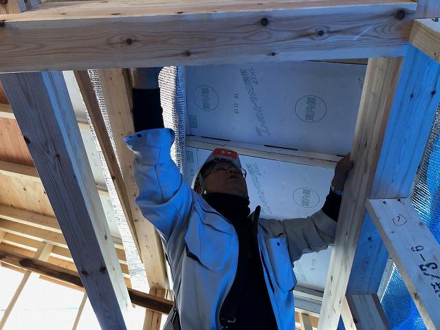 二階屋根天井の軒先側に風通し銀次郎を施工している
