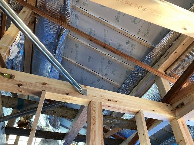 風通し銀次郎を二階の天井に貼り終えた時の写真