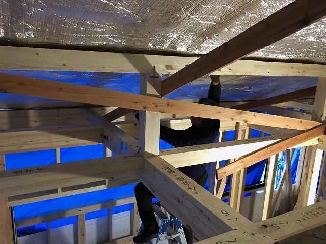 天井に遮熱シートを施工し終わった時の写真