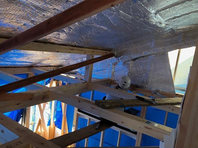 小屋裏に面した側壁に遮熱シートを施工している