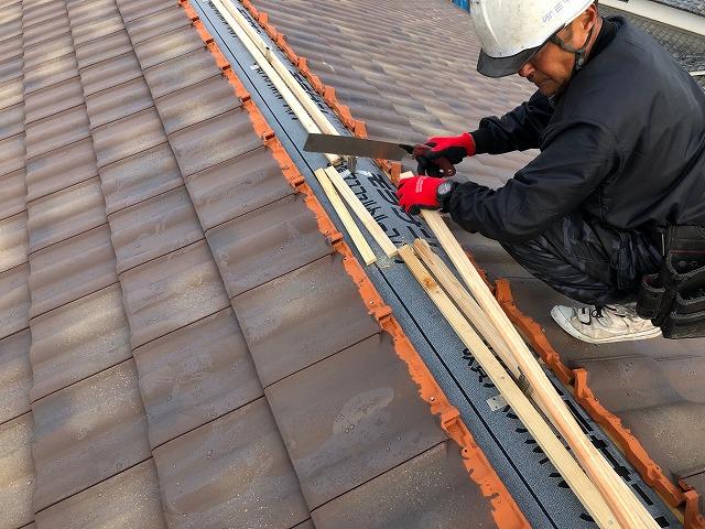 屋根棟部に二重重ねにした桟木を施工している
