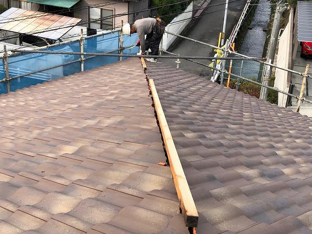 屋根棟部に下地の角材を取り付けている