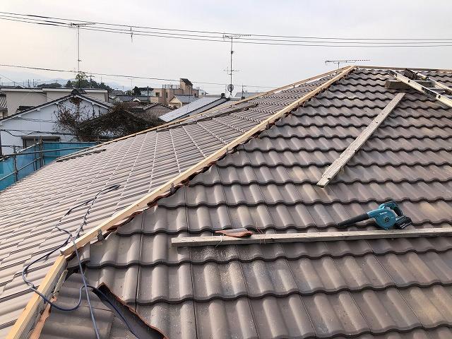 屋根棟部に下地の角材を施工した写真