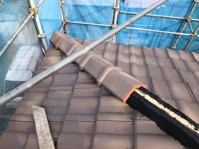 屋根隅棟部に紐付三角棟をのせている