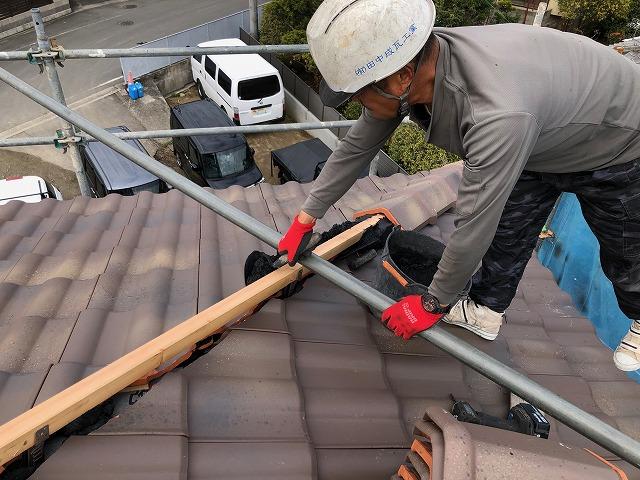 シルガードを屋根棟部に入れている写真