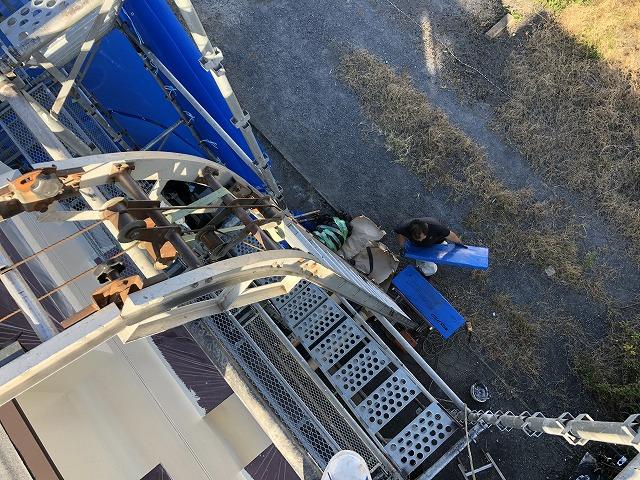 荷揚げ機に屋根材を積み込み