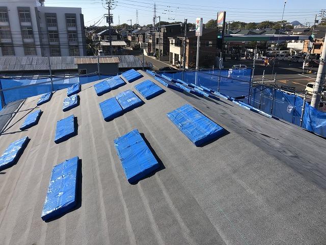 シングル材を屋根に並べていく様子
